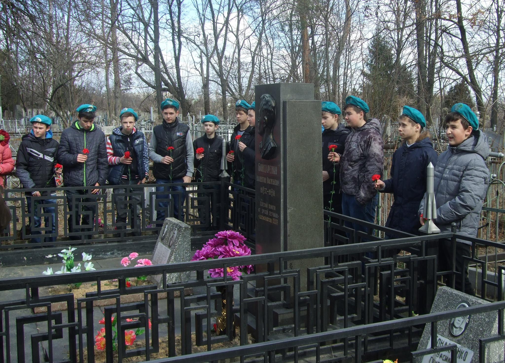 На могиле летчика Бондаренко